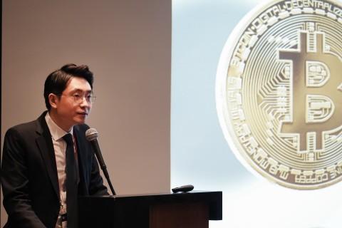 체인파트너스 표철민 대표가 크립토 금융 포럼 2018에서 축사를 진행하고 있다