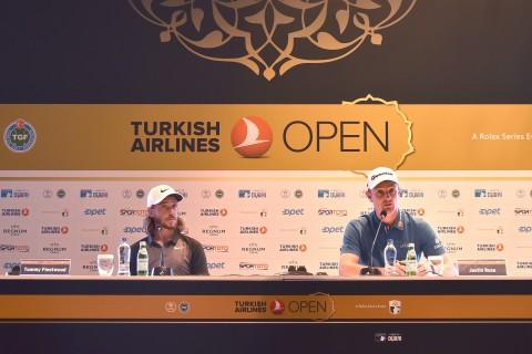 사진 왼쪽부터 토미 플릿우드와 저스틴 로즈가 2018 터키항공오픈에 참석해 기자간담회를 하고 있다