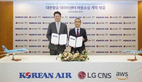 (왼쪽부터) 조원태 대한항공 사장과 김영섭 LG CNS 사장이 업무 체결식 서명을 마치고 기념촬영을 하고 있다
