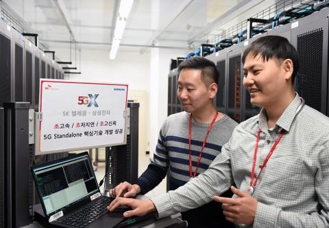 삼성전자 5G연구소에서 SK텔레콤 연구원들이 이번에 개발한 5G SA교환기 성능을 테스트하고 있다