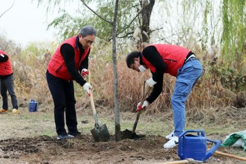 재규어랜드로버코리아 백정현 대표(왼쪽에서 첫 번째)가 직원과 함께 나무를 심고 있다