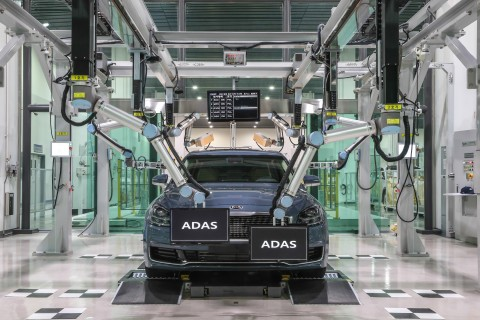 현대·기아자동차 생산기술개발센터에서 전장집중검사 시스템을 실제 차량에 테스트하고 있다