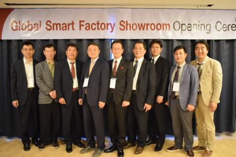진코퍼레이션 태국 글로벌스마트팩토리쇼룸 오픈식 참석자들이 기념촬영을 하고 있다