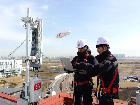 KT가 연세대학교와 함께 구축한 5G 오픈 플랫폼 기반으로 연세대학교 송도 국제캠퍼스에서 5G 스카이십 영상 전송 시연을 하고 있다
