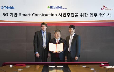 SK텔레콤은 현대건설기계, 트림블과 5G 스마트 건설 솔루션 개발 및 사업 추진을 위한 업무협약을 체결했다