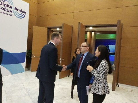 마일 유니티 파운데이션이 카자흐스탄 정부와 마일 블록체인 기술협력 양해각서를 체결한 가운데 마일 유니티 파운데이션 대사 George Goognin이 카자흐스탄 IT Abaev Dauren의 책임자와 악수하고 있다