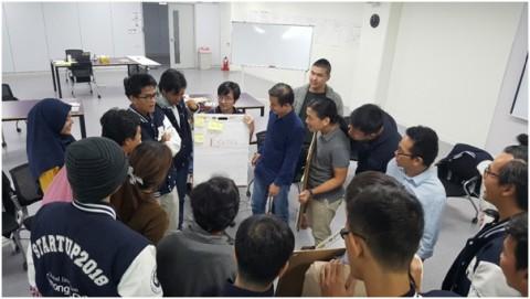 글로벌랩 참가자들이 팀별 문제해결을 위해 아이디어를 모으고 있다