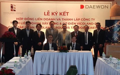 첫 줄 좌측 대원E&C 장성현 법인장, 우측 An Trung Phat C&M JSC 응옌 투안 비엔 대표