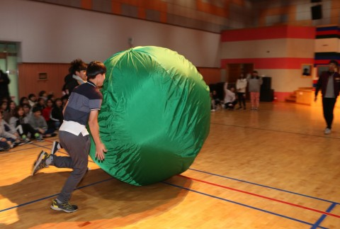 2018년 국립평창청소년수련원 둥근세상만들기캠프에 참가한 청소년들이 명랑운동회 프로그램에서 큰 공굴리기를 하고 있다