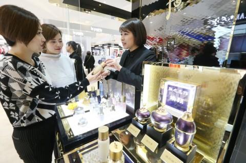 중국 상해 빠바이반 백화점의 LG생활건강 후 매장에서 고객들이 제품에 대한 설명을 듣고 있다