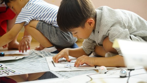 오조봇으로 코딩 활동을 하고 있는 아이들
