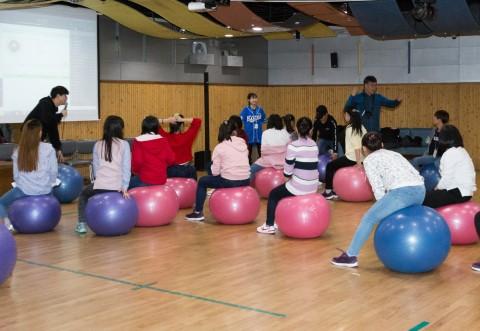 국립중앙청소년수련원 북한이탈청소년캠프 참가 청소년들이 짐볼밸런스프로그램을 하고 있다