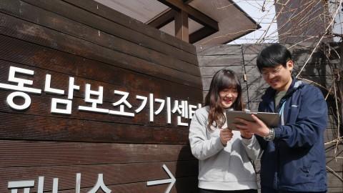 서울시동남보조기기센터 앞에서 보와·대체 의사소통 보조기기를 보고 있다