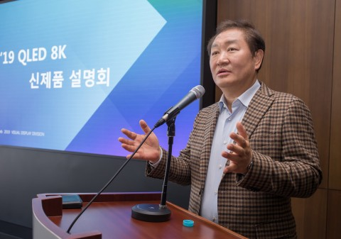 삼성전자 영상디스플레이사업부장 한종희 사장이 2019년형 QLED 8K로 올해 TV시장을 선도해 나가겠다는 비전을 발표하고 있다