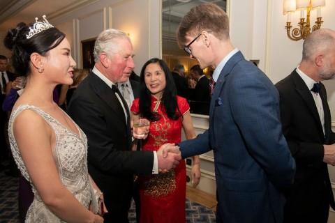 레오가 영국에서 찰스 왕세자를 회견하고 미래 투자 자선 만찬회에 초대 받았다