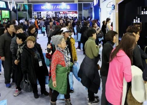 GS25 상품 전시회에서 가맹점 경영주들이 출시 예정 상품을 시식해 보기 위해 줄을 서고 있다