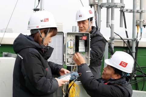 KT직원들이 5G 네트워크에 5G MUX와 25G 광모듈을 도입 구축하고 시험하고 있다