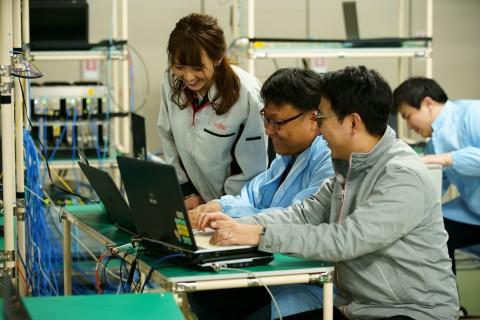 후지쯔 연구소에서 KT, 후지쯔, 솔리드 연구원들이 5G 프론트홀 연동 테스트를 하고 있다