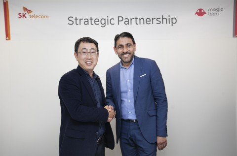 (왼쪽부터)SK텔레콤 유영상 MNO사업부장과 매직리프 오마르 칸 CPO가 MWC19에서 전략적 제휴를 체결했다