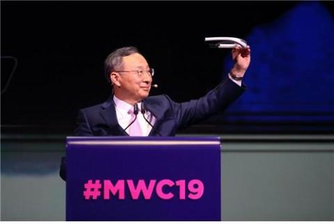MWC 2019 기조연설에서 황창규 KT 회장이 FITT360을 착용, 5G 시대 콘텐츠 공유의 확장성에 대해 소개하고 있다