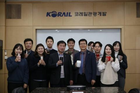 코레일관광개발 김순철 대표이사(오른쪽 5번째)와 임직원들이 플라스틱 컵 대신 개인 컵을 들고 기념사진을 촬영하고 있다