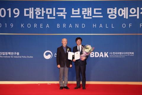 2019 대한민국 브랜드 명예의전당 시삭식에서 심사위원장 박규원 한양대 교수(왼쪽)와  신일산업 정윤석 대표이사(오른쪽)가 기념촬영을 하고 있다