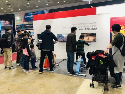 에이디엠아이가 참여한 2019 서울국제 스포츠레저산업전에서 리얼힐을 체험하고 있는 참관객들