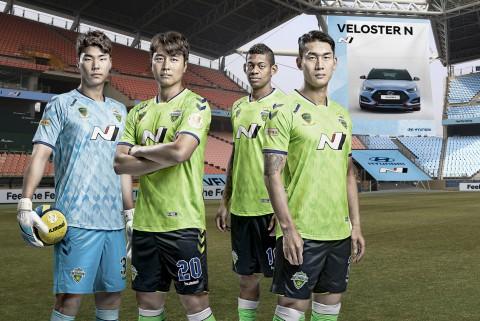 고성능 브랜드 N 관련 브랜딩이 적용된 전주 월드컵 경기장에서 N 스폰서 로고 및 포인트 패턴을 도입한 유니폼을 입은 전북현대모터스FC 소속 선수들(왼쪽부터 송범근, 이동국, 로페즈, 이용 선수)