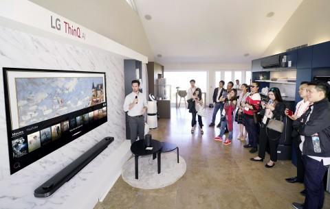 LG 이노페스트 참가자들이 거실에서 인공지능 LG 씽큐를 체험하고 있다