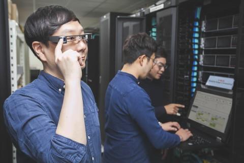 SK텔레콤 연구원이 MEC플랫폼이 설치된 서버실에서 AR글래스를 쓰고, 산업용 AR서비스를 시험해보고 있다
