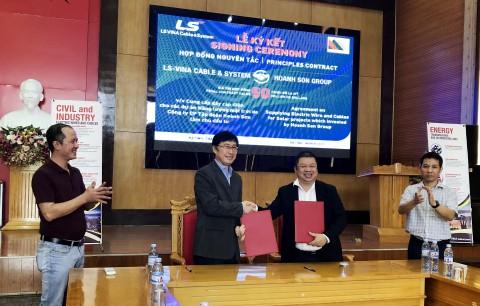 백인재 LS전선 베트남·미얀마 지역 부문장(왼쪽에서 두 번째)과 팜 호안 손 호안 손 그룹 회장(왼쪽에서 세 번째)이 LS전선아시아 베트남 태양광발전소 케이블 공급 계약 후 기념촬영을 하고 있다