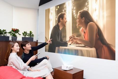 LG전자 모델들이 2019년형 LG 시네빔 프로젝터를 이용해 초대형 화면으로 영화를 시청하고 있다