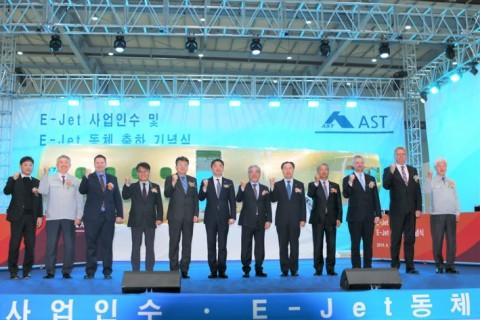 김희원 아스트 대표이사(오른쪽 6번째)와 참석 귀빈들이 출하식 기념 촬영을 하고 있다