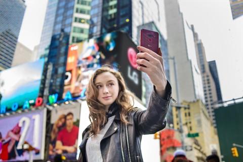LG전자 모델이 미국 뉴욕 타임스퀘어에서 LG G8 ThinQ을 소개하고 있다
