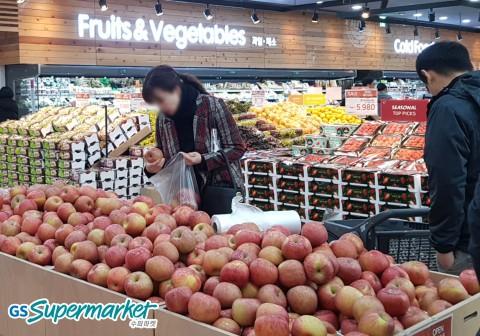 고객이 GS수퍼마켓에서 쇼핑을 하고 있다