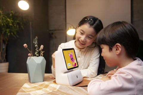 SK텔레콤은 디스플레이를 탑재한 보이는 AI 스피커 누구 네모를 공개했다