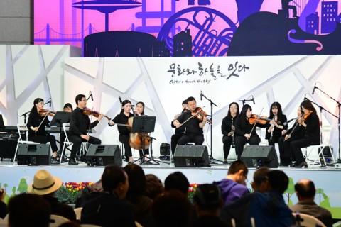 19일 인천공항 제1여객터미널 밀레니엄홀에서 개최된 제1회 컬처스테이지에서 한빛 챔버 오케스트라가 공연을 펼치고 있다