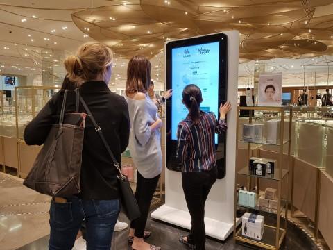 아랍에미리트 두바이에 있는 두바이몰에서 현지 고객들이 룰루랩의 인공지능 뷰티 스토어를 체험하고 있다