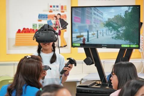 진천 학성초등학교에서 학생이 안전교육VR을 체험하고 있다