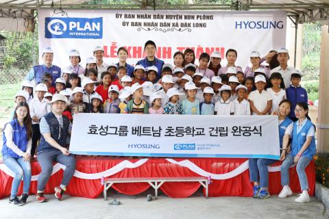 暁星は23日ベトナム中部のコントゥム省コンプロン県にあるコンチョッ村で小学校のリモデリング竣工式を行った