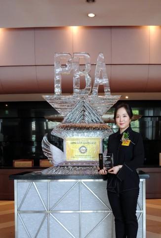 골든캣츠 정승혜 대표가 여성 소비자가 뽑은 2019년 프리미엄 브랜드 대상 시상식에서 교육 부문으로 대상의 영예를 안았다