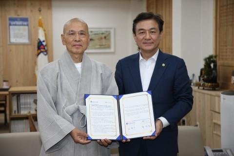 (왼쪽부터)지선 민주화운동기념사업회 이사장과 김병우 충청북도교육감이 MOU 체결 후 기념사진을 찍고 있다