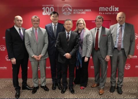 (왼쪽부터)조나단 스턴버그(Jonathan Sternberg, Medix), 스튜어트 스펜서(Stuart Spencer, AIA), 재키 챈(Jacky Chan, AIA), 응켕후이(Ng Keng Hooi, AIA), 시걸 아츠몬(Sigal Atzmon, Medix), 마크 손더스(Mark Saunders, AIA), 데이비드 젤처 교수(Prof. David Zeltser, AIA)가 기념사진을 찍고 있다
