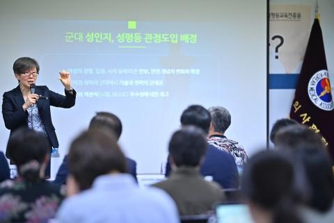 나윤경 한국양성평등교육진흥원장이 의료계 성평등 관점의 도입 필요성을 강조하고 있다