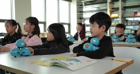 아이들이 코딩로봇 대시로 코딩수업을 받고 있다