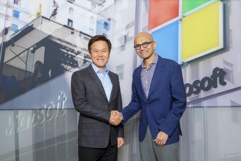왼쪽부터 SK텔레콤 박정호 사장과 마이크로소프트 사티아 나델라(Satya Nadella) CEO가 최근 미팅 후 기념사진을 찍고있다