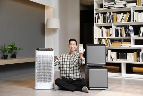 삼성전자 모델이 실내 공기질 통합 관리 서비스 스마트싱스 에어를 소개하고 있다