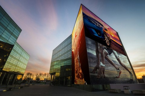 스마트미디어솔루션 튠으로 빌딩 전체를 광고디스플레이로 구현한 모습
