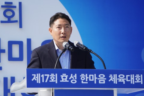 """Hyosung Chairman Cho Hyun-Joon relates to his employees through sports activity. Hyosung held """"One Mind Sports Festival"""" on a grass field in its Anyang factory on May 11, with about 3,400 employees and their family members participating."""