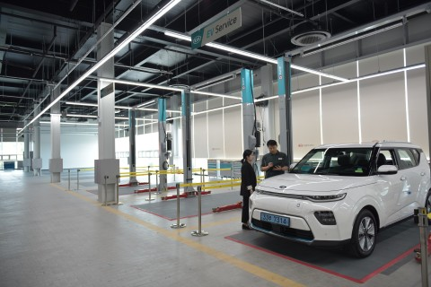 기아자동차가 니로 EV, 쏘울 부스터 EV 등 전기차 출시에 발맞춰 전기차 고객의 차량 점검 용이성을 높이고 작업 편의성을 확보하기 위해 서비스 협력사 오토큐에 전기차 정비 작업장 EV 워크베이를 설치했다